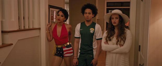 Sẽ ra sao nếu lý do khiến Love, Simon dính nhãn C18 là vì bộ đồ hơi sexy của Abby (ngoài cùng bên trái)?