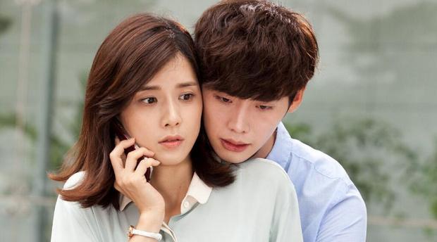 """Mãi cho đến năm 2012, tên tuổi của anh mới được công chúng biết tới qua bộ phim """"School 2013"""", có sự góp mặt của Jang Nara. Ngay sau đó, Jong Suk may mắn xuất hiện trong tác phẩm nổi tiếng năm 2013 cùng Lee Bo Young là """"I Hear Your Voice"""". Nhờ bộ phim này, anh thắng giải """"Nam diễn viên xuất sắc"""", còn vợ Ji Sung đoạt giải thưởng Daesang."""