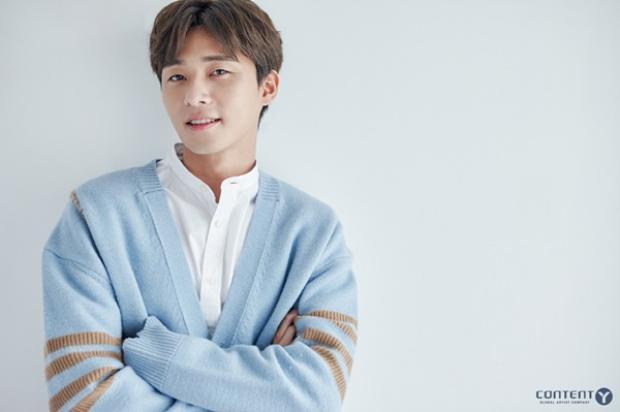 """Ra mắt công chúng vào năm 2011, Park Seo Joon xuất hiện trong MV của Bang Yong Guk. Anh bắt đầu diễn xuất vào năm 2012, trong bộ phim """"Dream High 2"""". Ngoài ra, nam diễn viên còn biết đến trong những bộ phim """"Pots of Gold"""", """"Witch's Romance"""", và từng là MC của Music Bank."""
