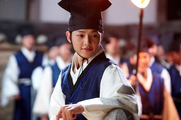 """Nam diễn viên sinh năm 1985 đã khán giả chú ý từ drama """"Sungkyunkwan Scandal"""" (2010) và chương trình giải trí """"Running Man"""" với vai trò là một thành viên cố định ban đầu khi chương trình bắt đầu lên sóng vào năm 2010."""