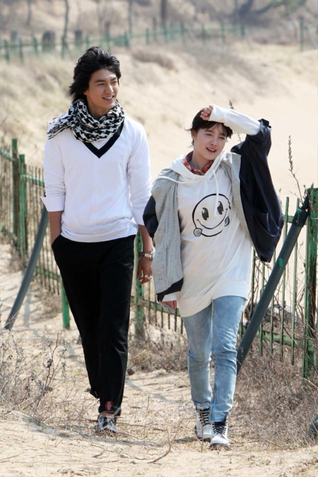 """Sau thành công rực rỡ của bộ phim """"Vườn sao băng""""(2009) cùng nữ diễn viên kiêm đạo diễn Goo Hye Sun, sự nghiệp của Lee Min Ho bỗng vụt sáng khắp châu Á. Sau đó, anh nhận được nhiều dự án lớn như """"Nàng Ngốc Và Quân Sư"""" cùng """"Tình đầu quốc dân"""" Son Ye Jin, """"Những người thừa kế"""" cùng Park Shin Hye, hay drama """"Thợ săn thành phố"""" với bạn gái cũ Park Min Young và cuối cùng là hợp tác cùng """"Mợ chảnh"""" Jeon Ji Hyun trong bộ phim """"làm mưa làm gió"""" năm 2017 - """"Huyền Thoại Biển Xanh""""."""