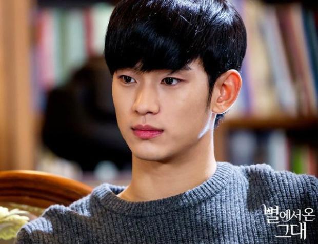 """Vai diễn đầu tiên của Kim Soo Hyun là chàng trai """"ngố tàu"""" trong sitcom """"Kimchi Cheese Smile"""" sản xuất năm 2007. Nhưng sau 4 năm, nam ngôi sao mới bắt đầu nổi lên khi đóng vai chính trong drama """"Bay cao ước mơ"""" cùng Suzy, Ok Taec Yeon."""