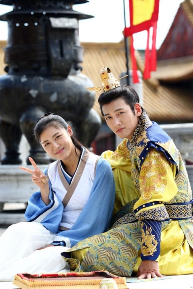 8 nam diễn viên Hàn đổi đời nhờ đóng chung phim với các noona đình đám  Họ là ai?