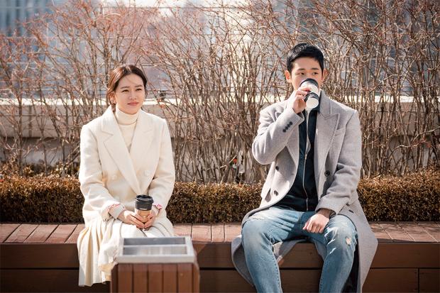 """Năm 2018, Jung Hae In nhận vai chính đầu tiên trong sự nghiệp thông qua drama tình cảm - lãng mạn """"Pretty Noona Who Buys Me Food"""" của đài JTBC cùng với """"Chị đẹp"""" Son Ye Jin. Nhờ bộ phim này, nam diễn viên trẻ bất ngờ nổi tiếng, sự nghiệp dần chuyển đổi khi anh nhận được giải thưởng """"Nam diễn viên được yêu thích nhất"""" tại Lễ trao giải Baeksang vừa qua."""