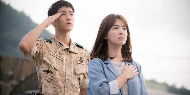 """Tuy nhiên, sự nghiệp của Song Joong Ki đạt đỉnh cao vào năm 2016 khi đảm nhận vai nam chính trong """"siêu"""" phẩm """"Hậu duệ mặt trời"""" cùng """"noona"""" Song Hye Kyo. Nhờ vai diễn này, Song Ki nhanh chóng trở thành một trong những ngôi sao Hallyu hàng đầu Châu Á và """"ôm"""" về hàng loạt giải thưởng cao quý, danh giá nhất Hàn Quốc."""