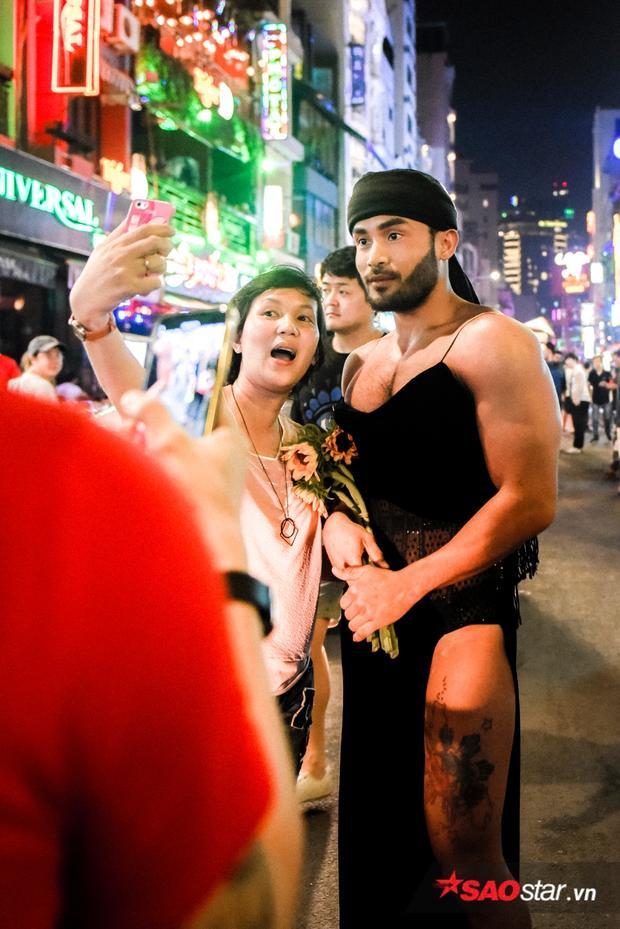 Một du khách Nhật Bản không bỏ qua cơ hội chụp ảnh cùng hiện tượng mạng Sinon.