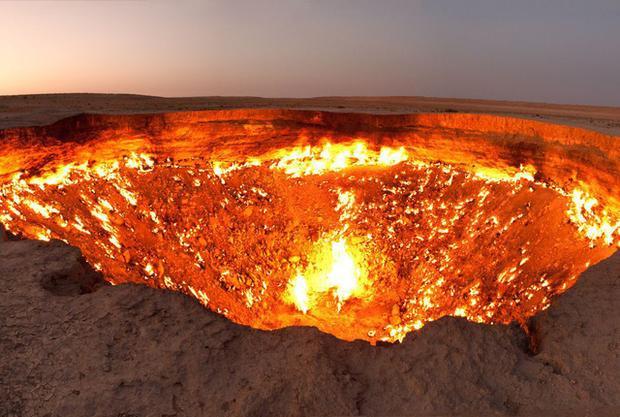Miệng tử thần không phải tự nhiên xuất hiện. Thực chất, hố lửa này được tạo ra trong một lần dò tìm khí gas.