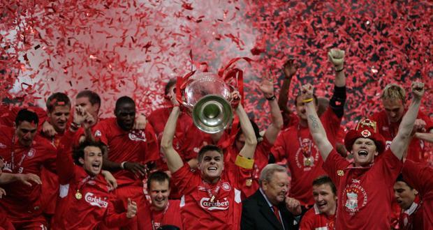Gerrard nâng cao cúp C1 cùng đồng đội.
