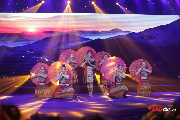 Nguyễn Huyền Trang khoe tài năng ca hát của mình
