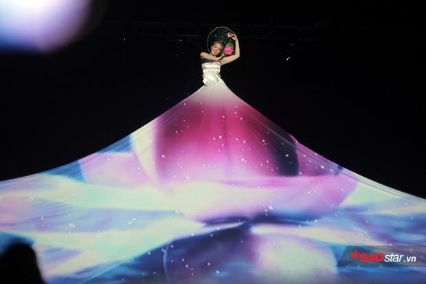 Nguyễn Thùy Dương đắm chìm trong điệu múa sen với ánh sáng tương tác độc đáo