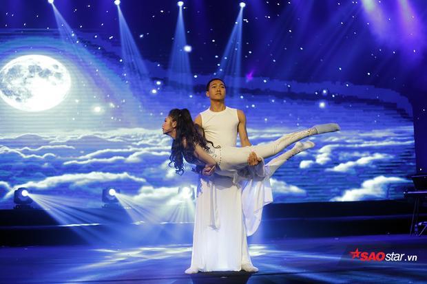 Hoa khôi Nguyễn Thị Kiều Anh mang đến phần thi múa đương đại với những động tác kĩ thuật khó đầy hấp dẫn