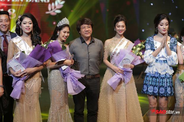 Top 3 chung cuộc cùng chụp ảnh kỉ niệm với Ban giám khảo.