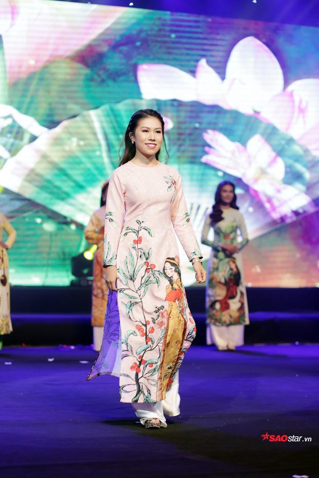 Các nữ sinh của Học viện Âm nhạc Quốc gia Việt Nam đằm thắm, dịu dàng trình diễn trang phục áo dài