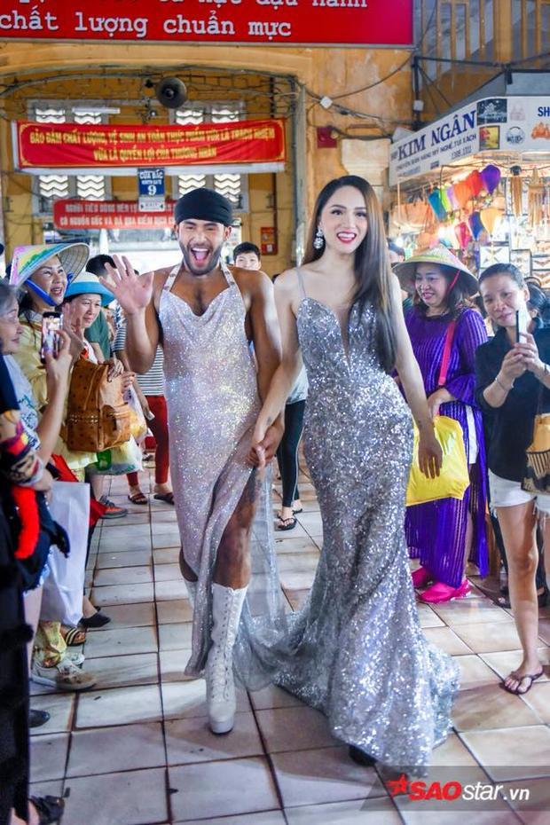 Hương Giang rạng rỡ và chuyên nghiệp sải những bước catwalk không thua kém người mẫu chuyên nghiệp.