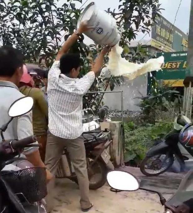 Người nông dân đổ hết sữa của mình ngay tại điểm thu mua.