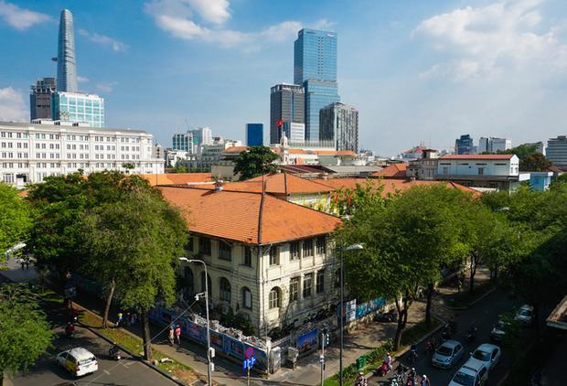 Tòa nhà ở số 59 - 61 Lý Tự Trọng (quận 1, TP HCM) do người Pháp xây vào những năm 1860, trước đây là Nha giám đốc Nội với vai trò điều hành trực tiếp về toàn bộ vấn đề dân sự, tư pháp và tài chính của thuộc địa. Người dân khi ấy thường gọi là Dinh Thượng thơ.