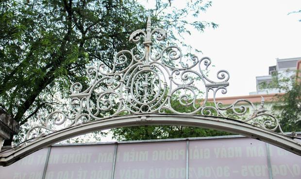 Tính từ lúc được nâng cấp lần cuối đến nay đã gần 130 năm, song tòa nhà vẫn giữ được hai chiếc cổng sắt được thiết kế tinh xảo đặc trưng của kiến trúc Pháp vẫn còn khá ngyên vẹn. Nếu tính về lịch sử khi mới được xây dựng lần đầu thì công trình này đã gần 160 tuổi.