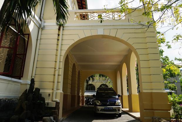 Lối vào chính của tòa nhà với các ô cửa độc đáo hình chữ U ngược vẫn còn nguyên vẹn.