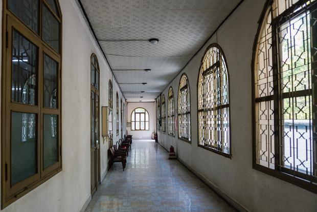 Hành lang được thiết kế được thiết kế có nhiều cửa sổ bốn cánh kéo dài đến tận trần nhà để tránh tiếng ồn từ phía ngoài, ánh nắng mặt trời và mưa gió.