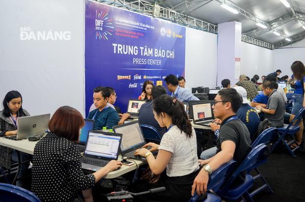Các phóng viên, biên tập viên tác nghiệp tại trung tâm báo chí DIFF 2018. Ảnh: baodanang.