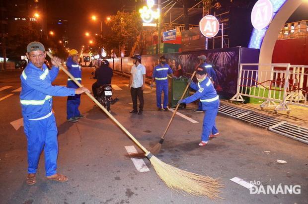 Với những người công nhân môi trường, niềm vui lớn nhất là sau mỗi đêm kết thúc cuộc thi, lượng rác trên đường phố ít. Ảnh: baodanang.
