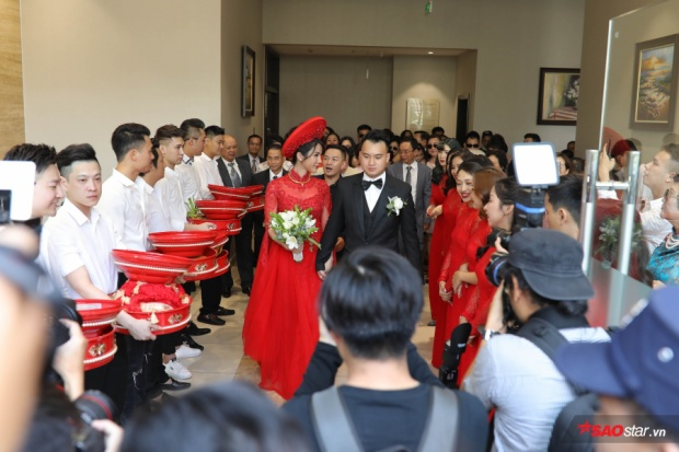 Diệp Lâm Anh và vị hôn phu nắm chặt tay.