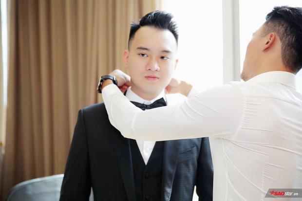 Bạn bè cũng có mặt để giúp anh chuẩn bị trước thềm hôn lễ.