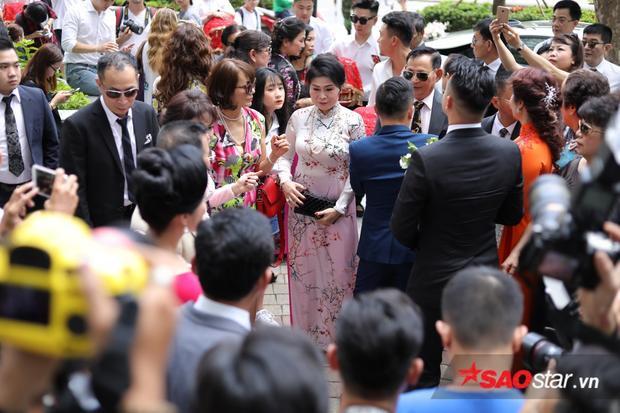 Diệp Lâm Anh cùng vị hôn phu nắm chặt tay, khoá môi cực ngọt trong hôn lễ tại tư gia
