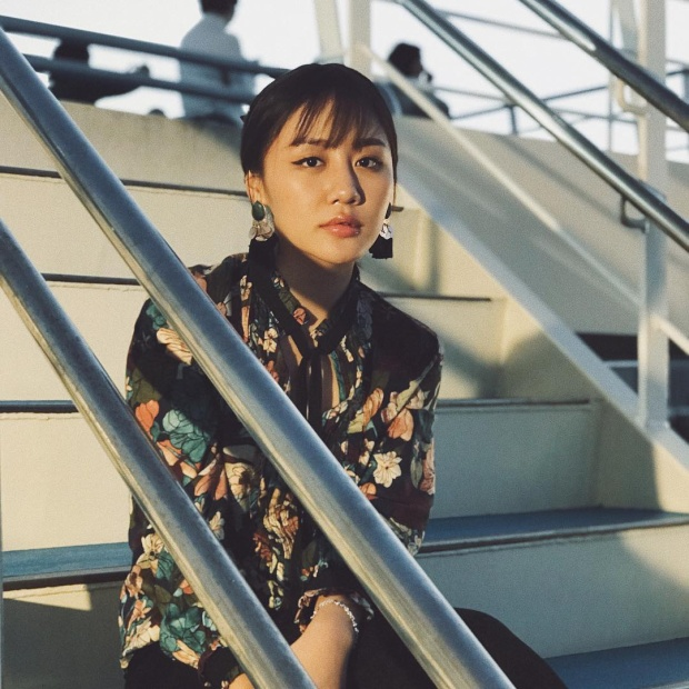 Văn Mai Hương khoe nét duyên cùng áo vải hoa, cổ thắt nơ duyên dáng.