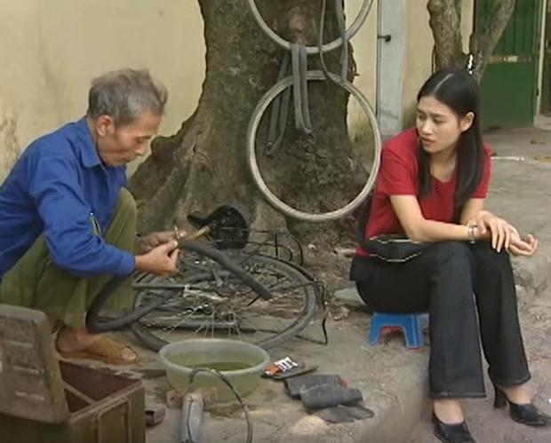 Xuyên suốt bộ phim là sự xuất hiện của những chiếc quần jeans ống loe, ống vẩy, item này theo chân các nhân vật chính suốt từ lúc đi làm đến khi đi chơi.