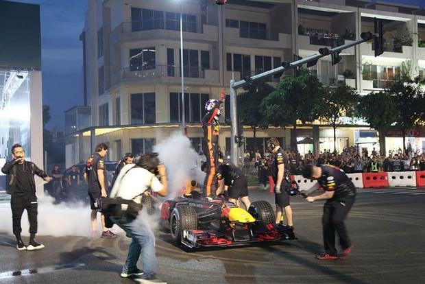 Hàng chục nghìn người đã có mặt, hào hứng chiêm ngưỡng chiếc xe F1 bằng xương bằng thịt.