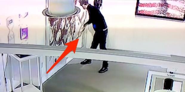 Hình ảnh của Nicholas tại phòng tranh được camera an ninh ghi lại toàn bộ.