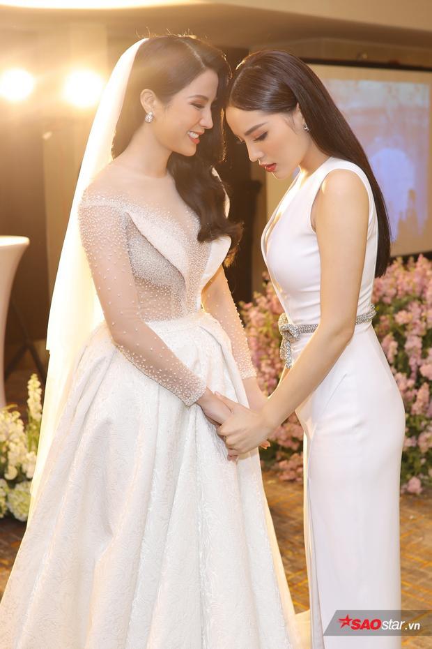 Kỳ Duyên không giấu được vẻ xúc động trong tiệc cưới của Diệp Lâm Anh.
