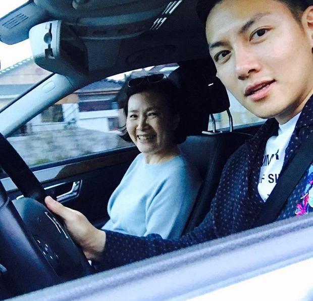 """Chiều ngày 5/5, diễn viên 29 tuổi đăng hình chụp tự sướng cùng mẹ trong lúc đi chơi nhân """"Ngày Trẻ Em"""" ở Hàn Quốc."""