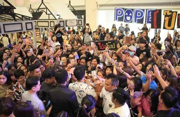 Loạt ảnh chứng minh sức hút khủng khiếp của Pope Thanawat giữa biển fan cuồng nhiệt
