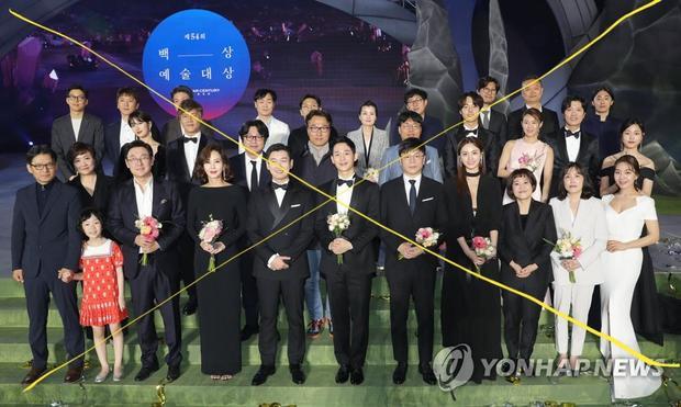 Bức ảnh gây tranh cãi củaJung Hae In tạiBaeksang 2018