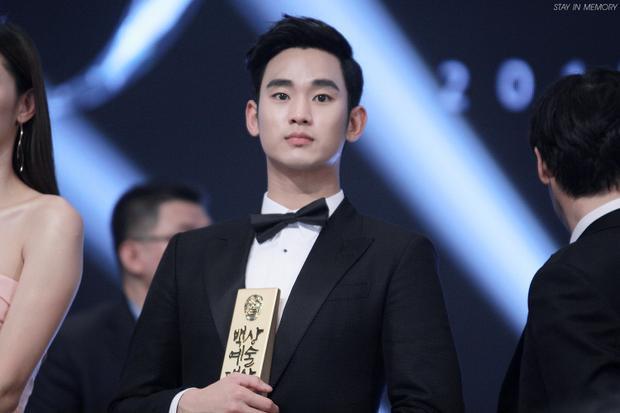 Sau scandal tại Baeksang 2018, netizen Hàn phẫn nộ với Jung Hae In, so sánh với cụ giáo Kim Soo Hyun