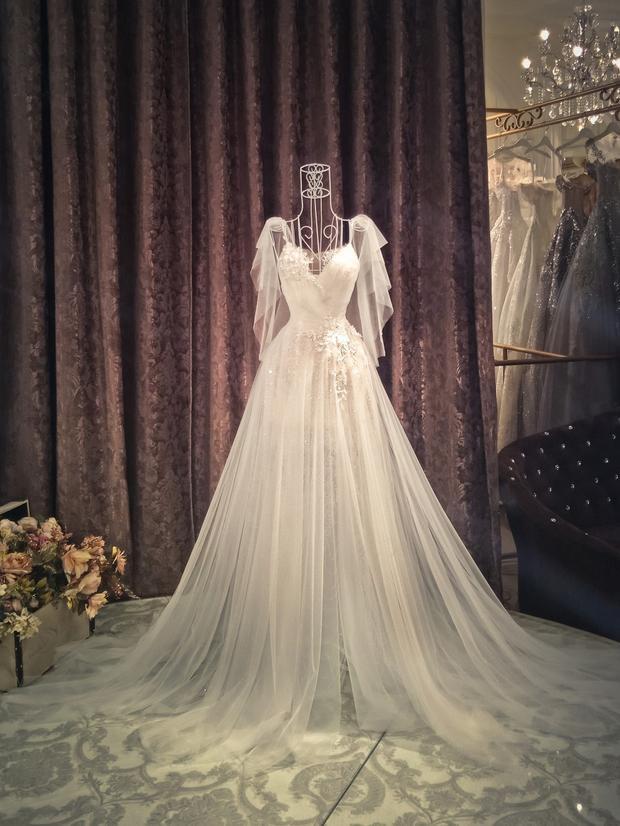 Một mẫu váy cưới khác mà Diệp Lâm Anh mặc trong ngày cưới của mình.Thiết kế có phần đơn giản hơn cùng điểm nhấn xẻ chân cao giúp cô dễ dàng di chuyển trong đêm tiệc.Chất liệu voan mỏng được điểm xuyết hoa 3D trong trẻo, nhẹ nhàng.