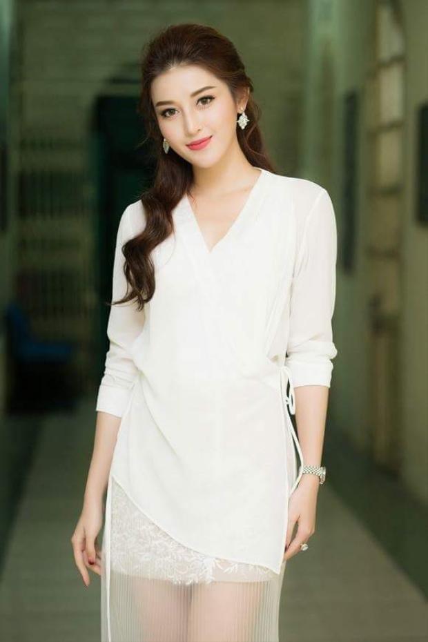 Lần khác, dù có đeo đồng hồ 400 triệu đồng, nhưng cách chọn chiếc váy trắng nhờ nhờ cũng làm vẻ ngoài của người đẹp bị giảm sút phần nào. Nếu thay kiểu trang phục không mấy ấn tượng này bằng những bộ váy đuôi cá, cô nàng đã tỏa sáng rực rỡ.