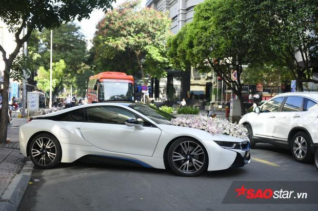 BMW i8 2015 được trang bị động cơ xăng 3 xy-lanh công nghệ BMW TwinPower Turbo 1,5L cho công suất 231 mã lực và mô-men xoắn cực đại 320 mac lực. Ngoài ra, xe còn có một nguồn điện lấy từ pin lithium-ion 7,1 kWh. Nguồn điện này có phạm vi di chuyển 37 km cho mỗi lần sạc điện.