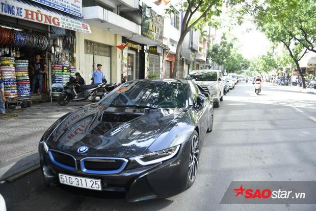 Trong đoàn xe còn có một chiếc BMW i8 phiên bản màu đen.