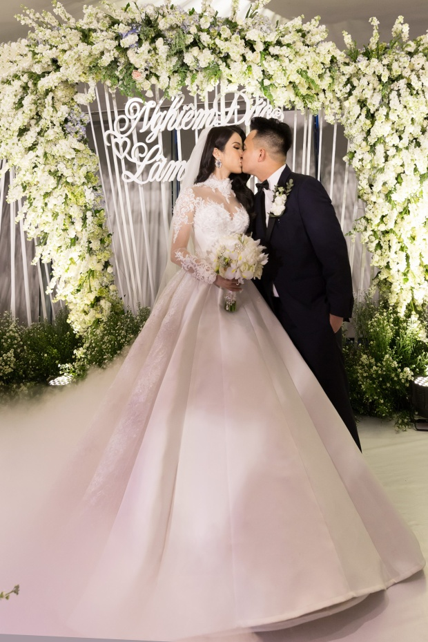 Diệp Lâm Anh và ông xã hôn nhau trước khi tiệc cưới diễn ra.