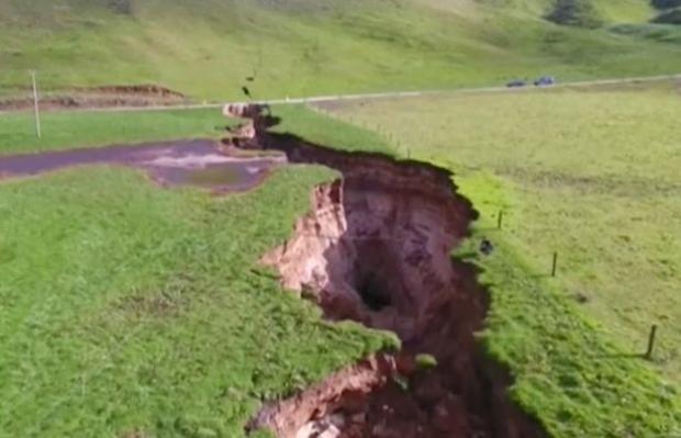 Hố tử thần để lộ lớp trầm tích núi lửa có niên đại 60.000 năm.