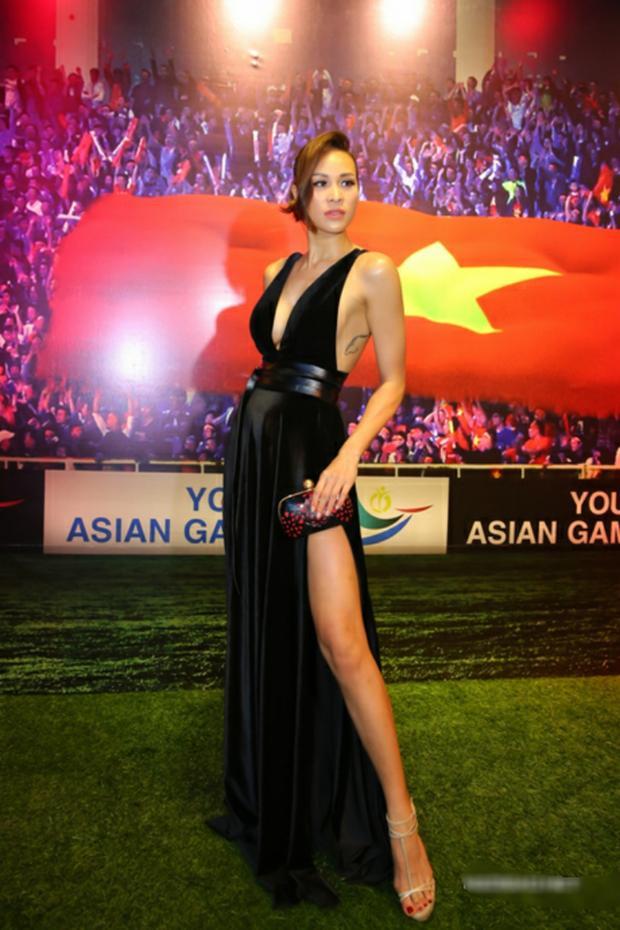 Phương Mai khoe đôi chân dài thẳng tắp cùng khuôn ngực căn đầy với chiếc váy nhung xẻ cao, thiêu đốt ánh nhìn người hâm mộ.