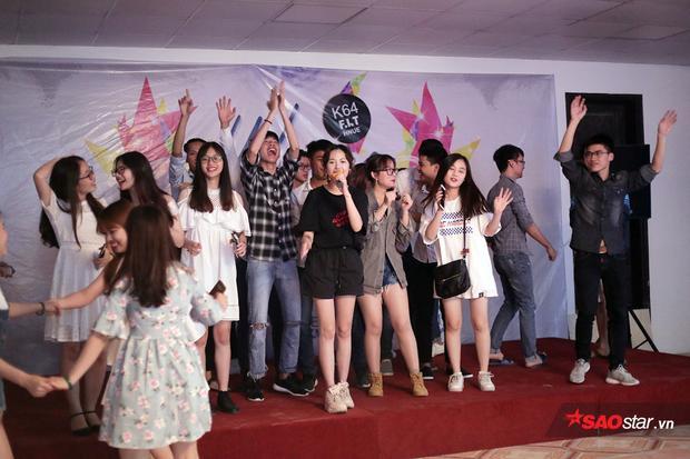 Nữ ca sĩ khuấy động sân khấu của đêm nhạc Chia tay sinh viên khóa cuối ĐH Sư phạm Hà Nội.