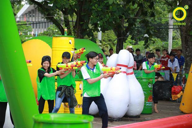 Các bạn sinh viên tại TP Cần Thơ khi được chia làm 2 đội bắn súng nước đối kháng theo quy định từ quản trò MC Minh Xù. Đội thắng cuộc phải thu được các chai Trà xanh không độ nằm tại vị trí chiến lược của đối thủ.