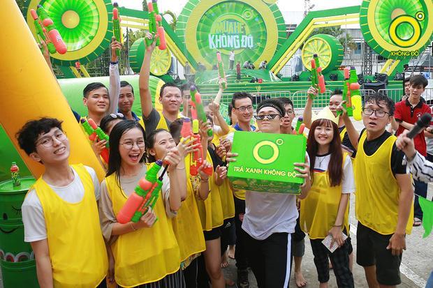 Các bạn sinh viên hào hứng với phần quà từ nhà tài trợ Trà xanh không độ.