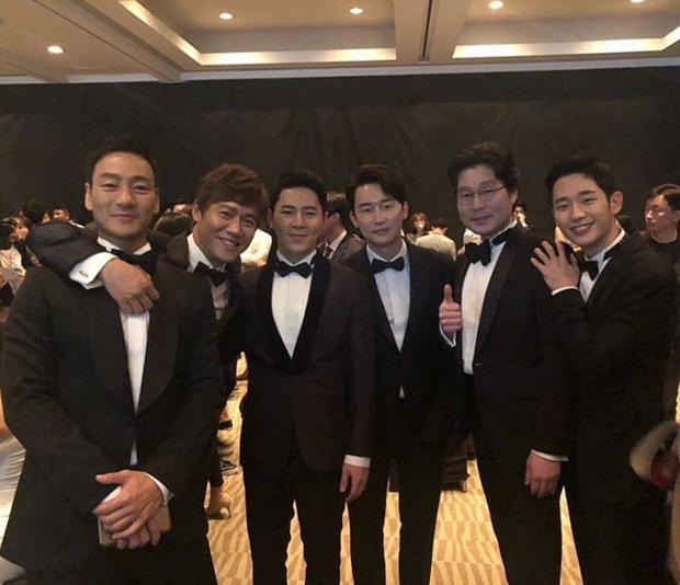 """Hae In chụp ảnh cùng các """"tiền bối"""" trong sự kiện."""