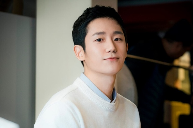 Ngoài ra, nam ngôi sao Jo Seung Woo đã quay qua bắt chuyện, xong cuộc hội thoại cũng là lúc chụp ảnh, còn không có thời gian ngó quanh, thay đổi vị trí nữa.