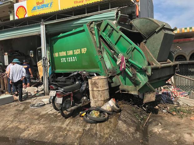 Xe rác đâm vào nhà dân.